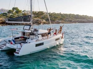 Tour delle isole eolie in catamarano bluenauta